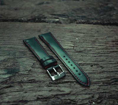 100% recycled rubber strap with red lining